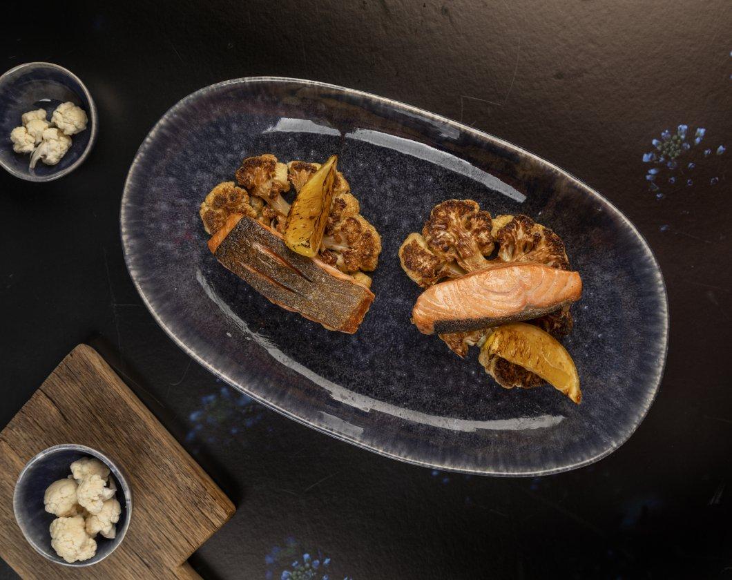 Stek z łososia na pieczonym kalafiorze