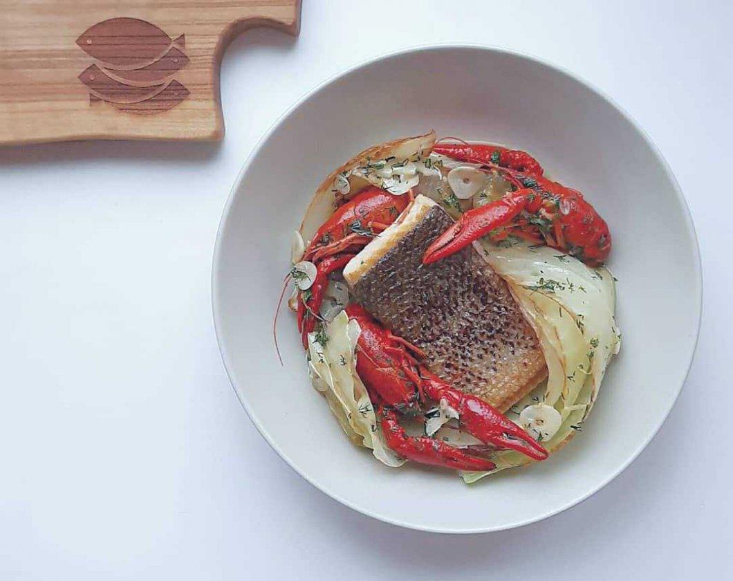 Łosoś bałtycki smażony z białą kapustą, rakami w sosie maślanym z czosnkiem, koperkiem i skórką cytrynową