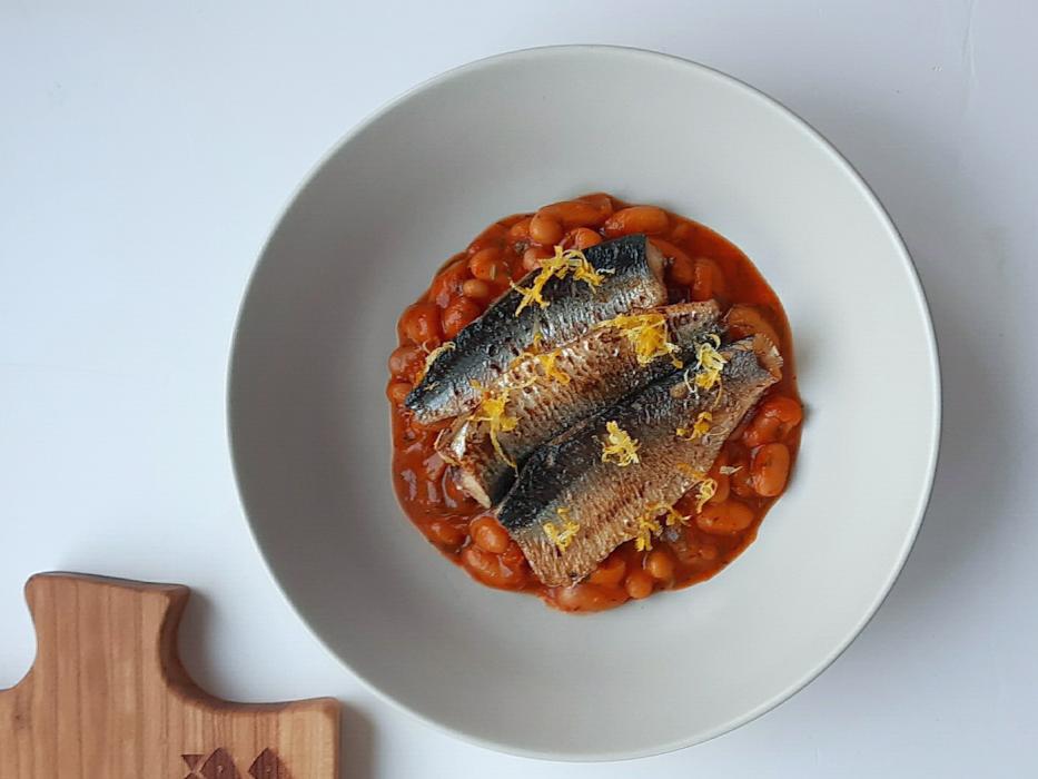 Śledź smażony ze skórką cytrynową na białej fasoli w sosie pomidorowo-paprykowym