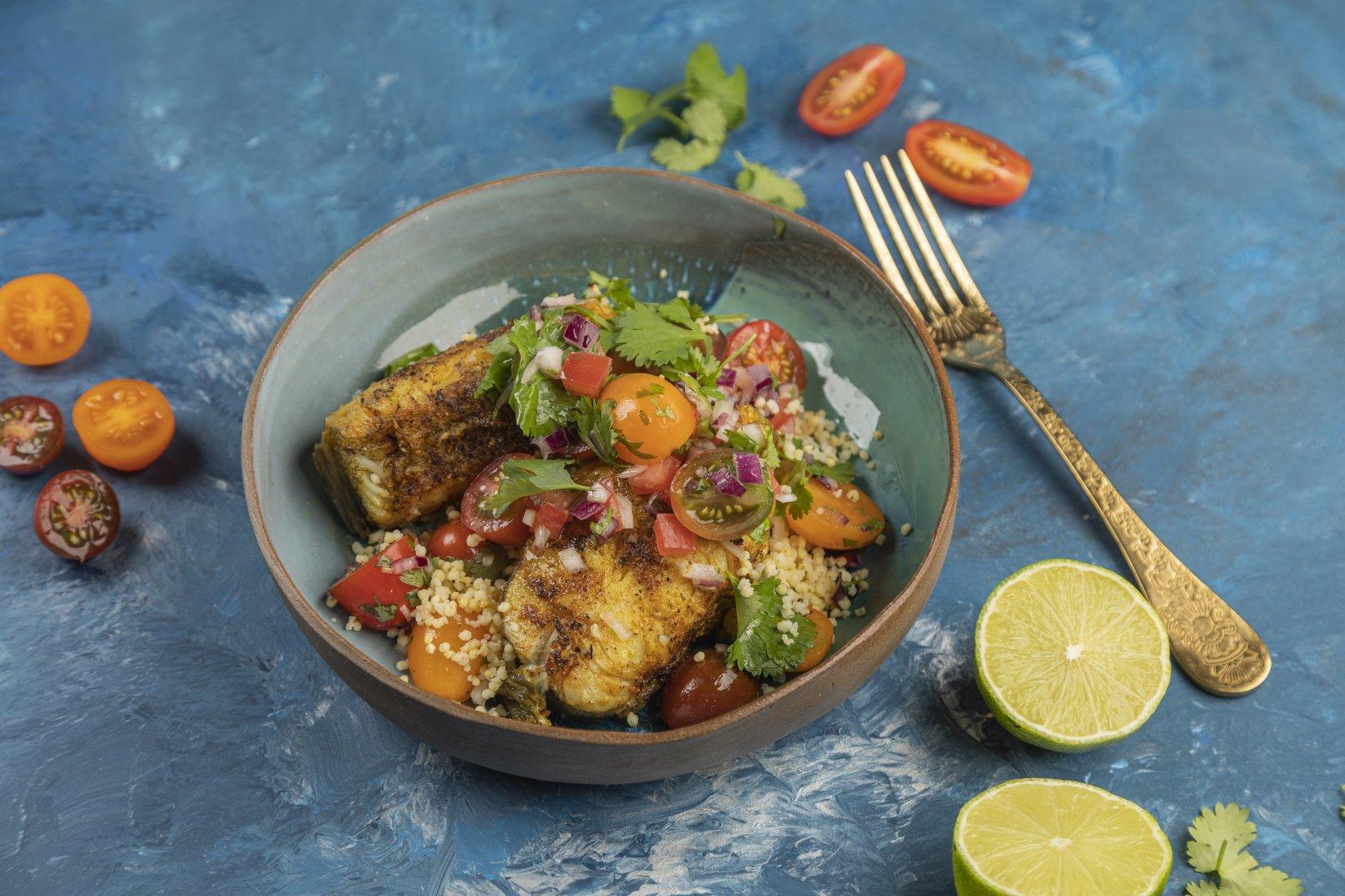 Grillowane dzwonka dorsza w curry na kuskusie z pomidorami i kolendrą