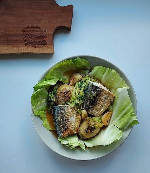 Makrela bałtycka z młodą kapustą i ziemniakami w wywarze ze łba i ogona oraz pieczonych warzyw