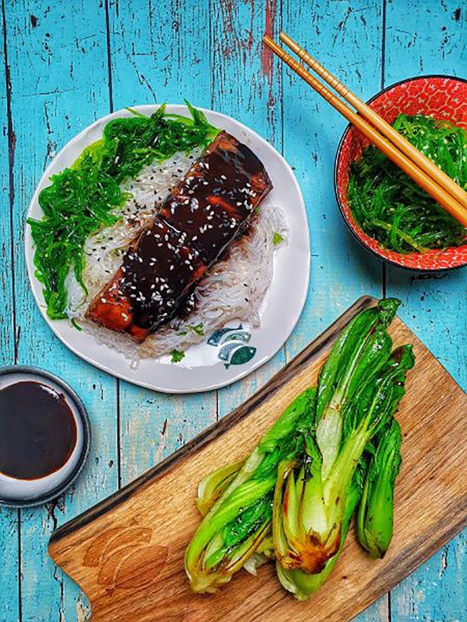 Łosoś z makaronem ryżowym, sałatką z glonów wakame i blanszowaną kapustą pak choi